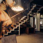 Decorazione parete scale villa